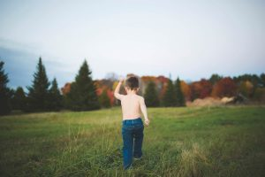 child-and-his-dog-playing-at-tree-farm-katie-jeanne-photography_0494